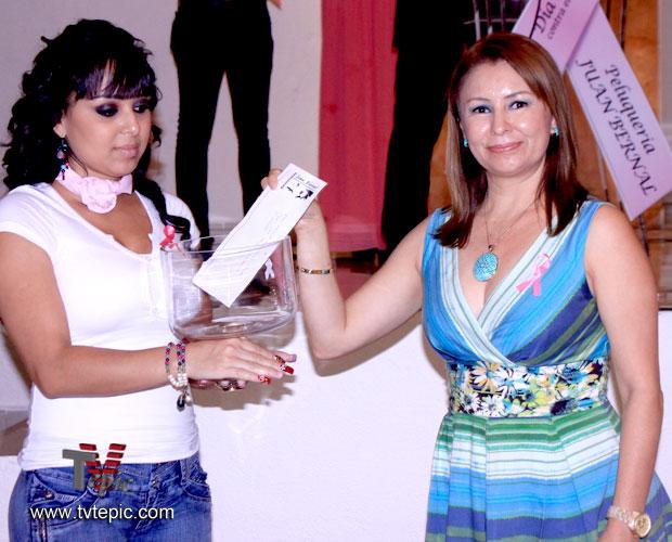 002-Amelia-Rodriguez-arranca-con-su-donativo-la-tercera-edición-de-la-colecta
